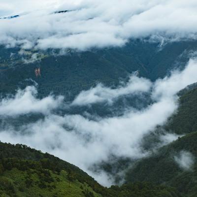 「山の切れ目と雲」の写真素材