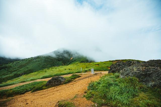 雲に包まれる破風岳への登山ルートの写真