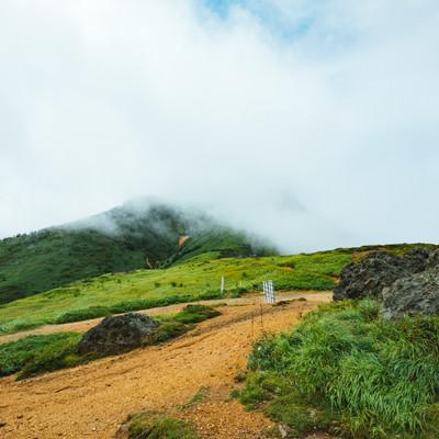 「雲に包まれる破風岳への登山ルート」の写真素材