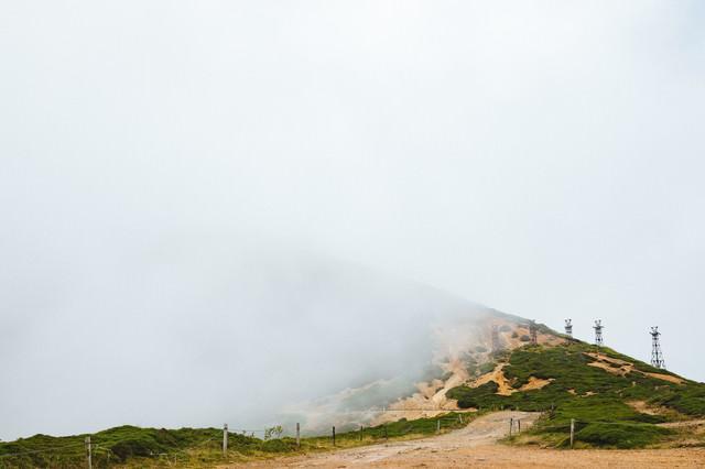 霧に包まれた鉄塔跡の写真