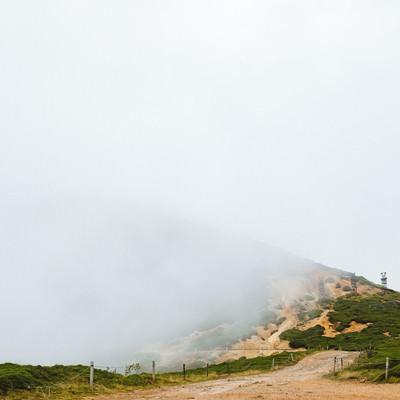 「霧に包まれた鉄塔跡」の写真素材