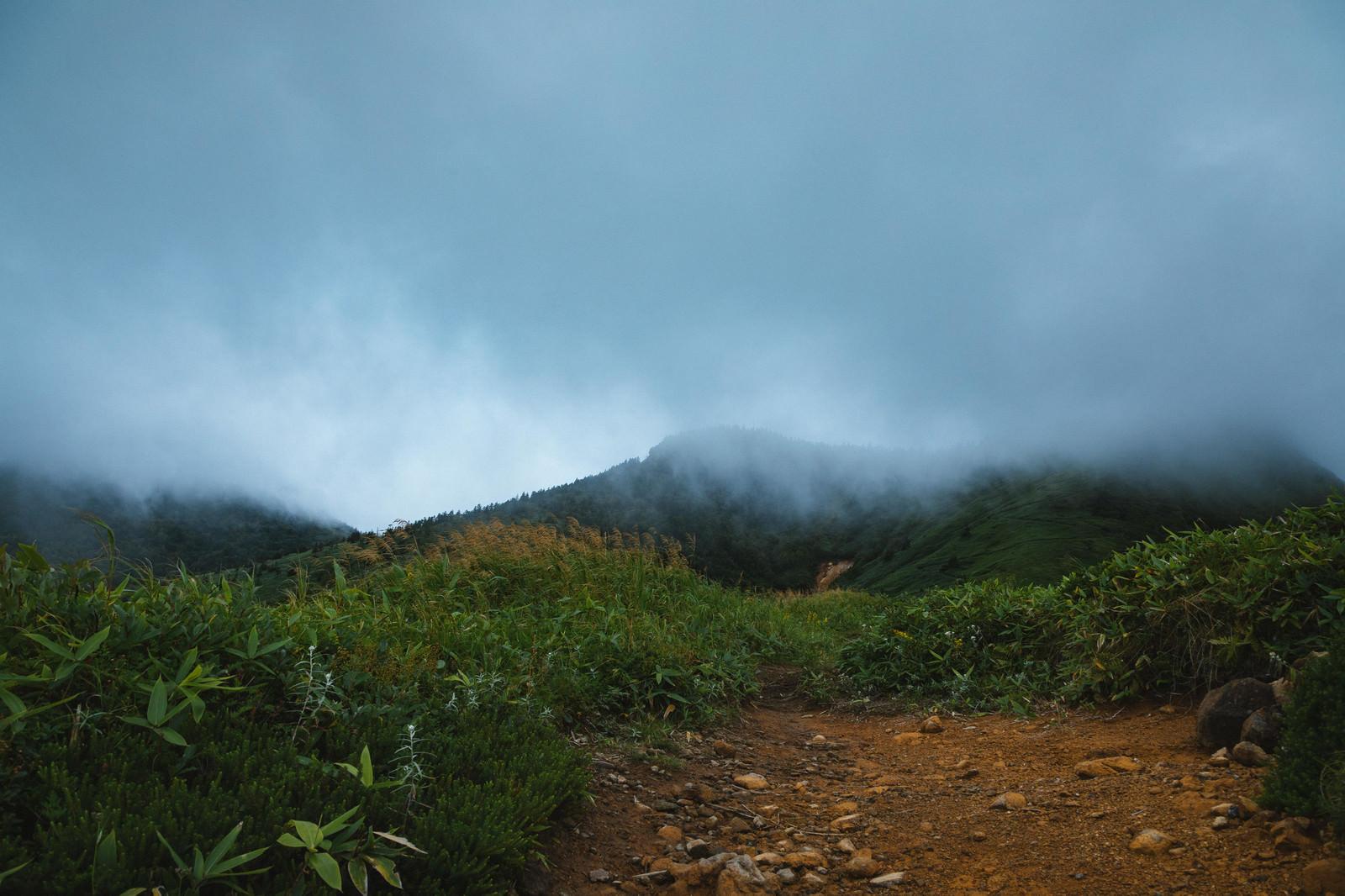 「天候悪化する峠」の写真
