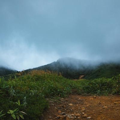 「天候悪化する峠」の写真素材