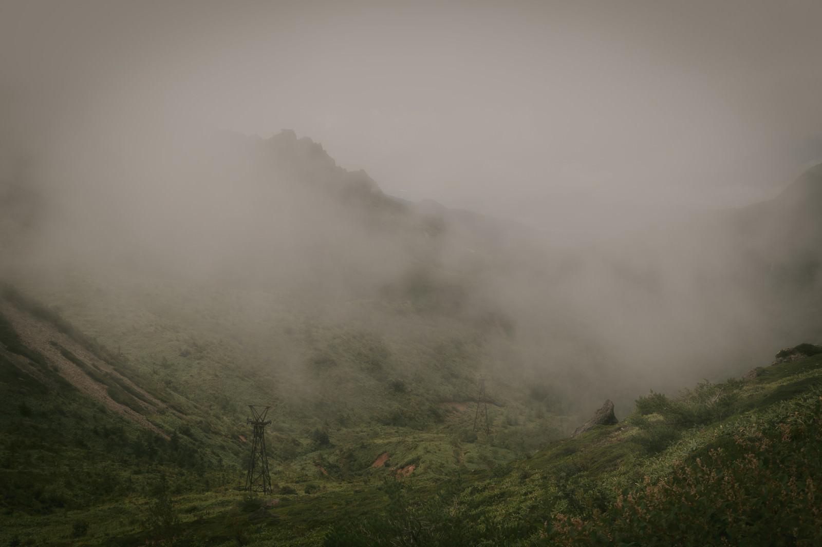 「深い霧に包まれた古びた鉄塔」の写真