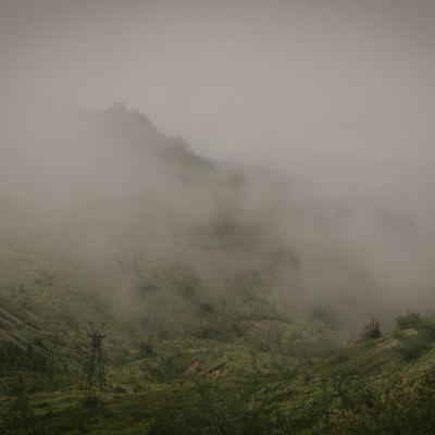 「深い霧に包まれた古びた鉄塔」の写真素材