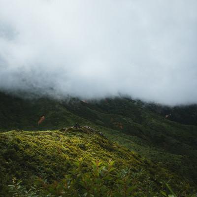 「雲で覆われた山々」の写真素材