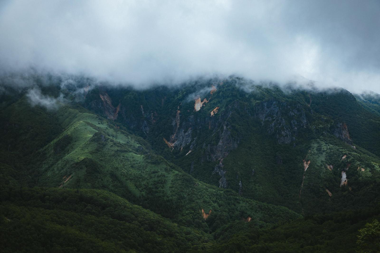 「雨雲と渓谷(毛無峠・破風岳付近)」の写真