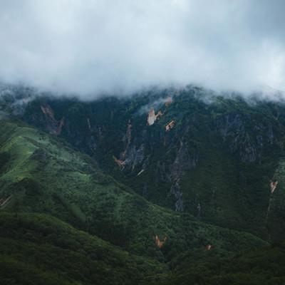 「雨雲と渓谷(毛無峠・破風岳付近)」の写真素材