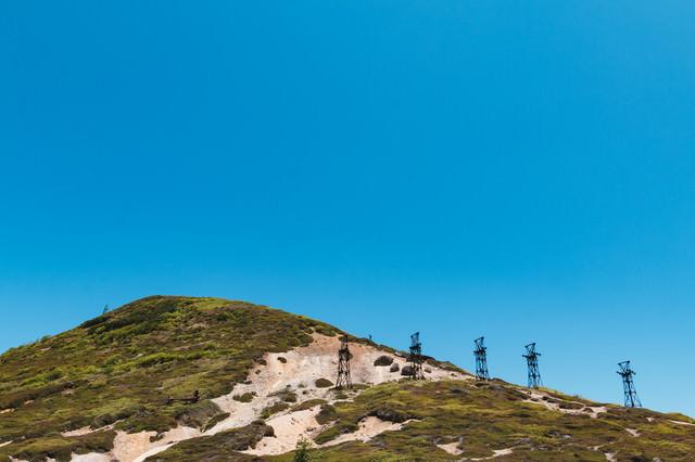 毛無峠に立ち並ぶ古い鉄塔の写真