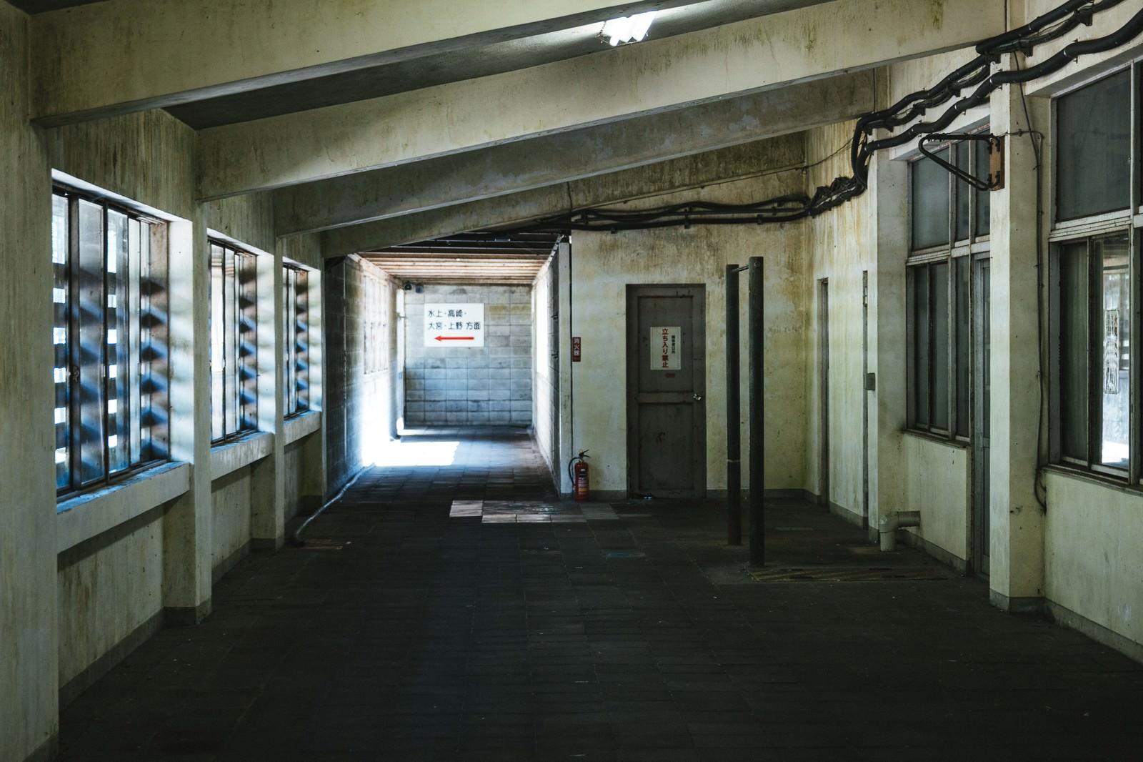 「薄暗い土合駅」の写真