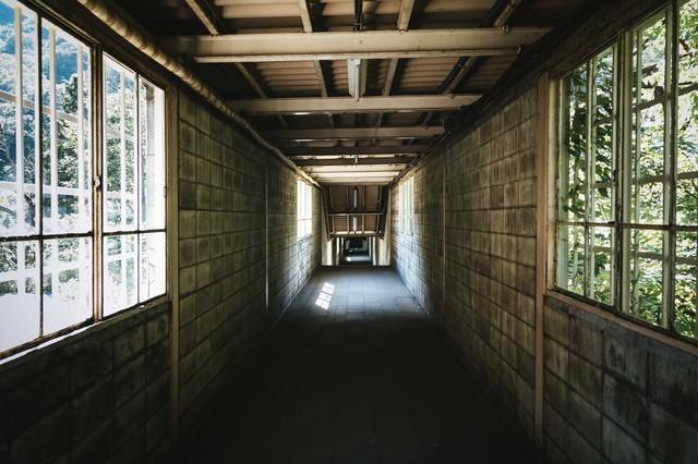 土合駅の下りホームに向かう途中の通路の写真