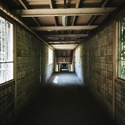 「土合駅の下りホームに向かう途中の通路」の写真素材