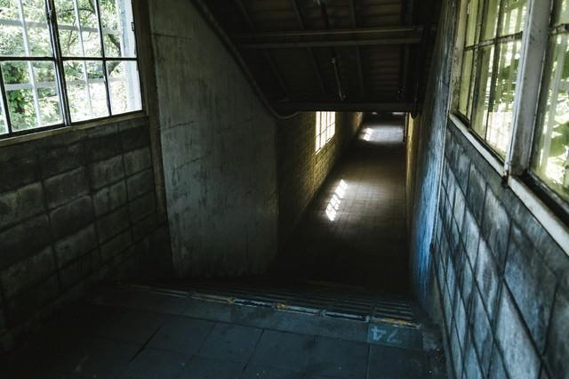 地下へと進む通路(土合駅)の写真
