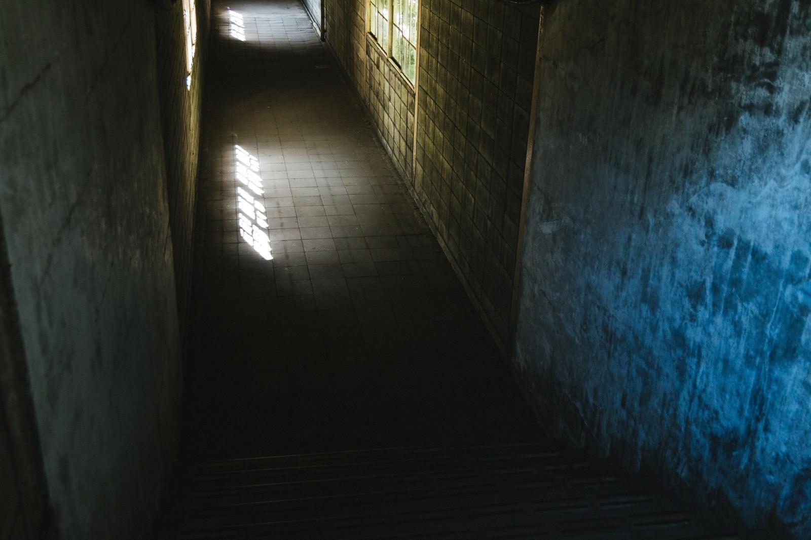「暗く奥まった土合駅の通路」の写真