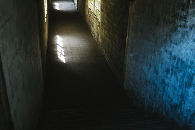 暗く奥まった土合駅の通路の写真