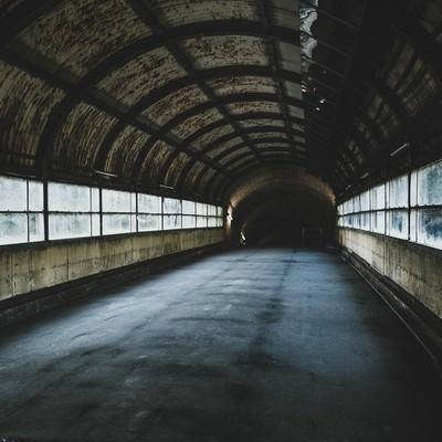 「古びたアーチ状の天井がある通路(土合駅)」の写真素材