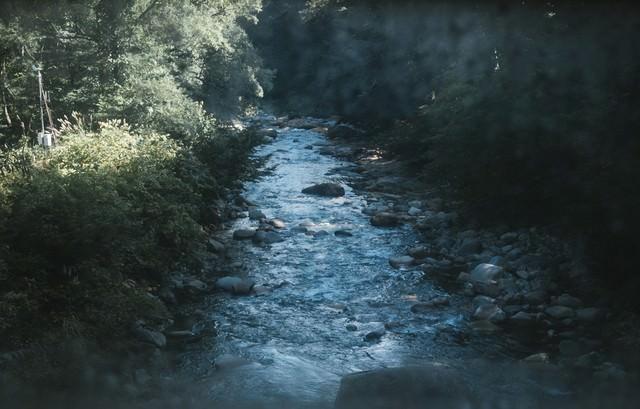 土合駅通路から見える湯檜曽川の写真