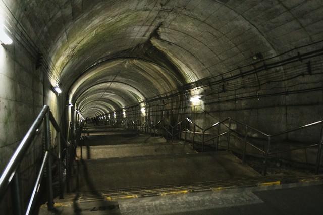 地下ホームへと続く暗いトンネルの写真