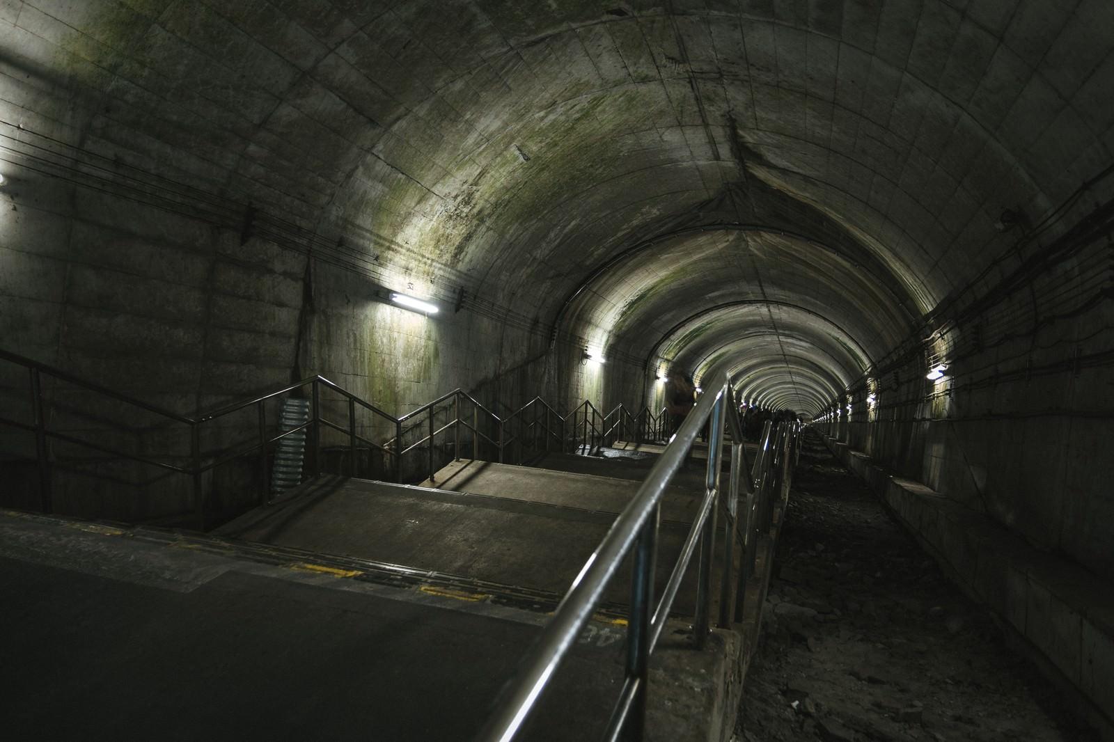 「日本一のモグラ駅(462段の下り階段)日本一のモグラ駅(462段の下り階段)」のフリー写真素材を拡大
