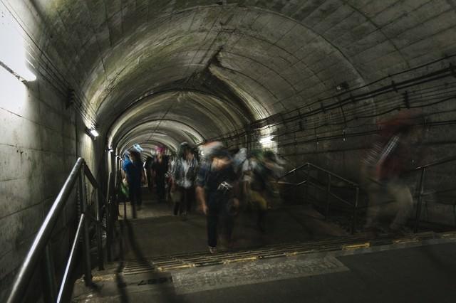 土合駅の階段をのぼる人たちの写真