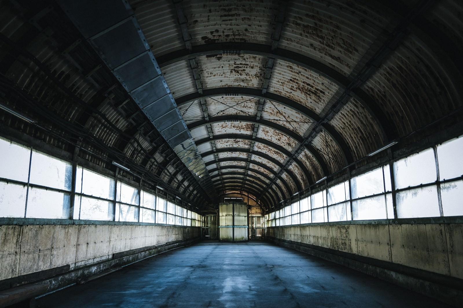 「廃墟感漂う土合駅のアーチ型通路」の写真