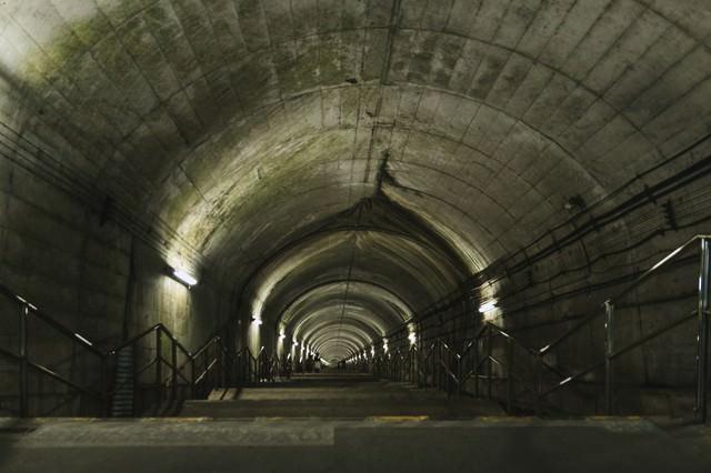 JR上越線土合駅地下ホームに向かう階段の写真