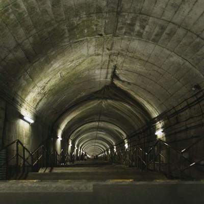 「JR上越線土合駅地下ホームに向かう階段」の写真素材