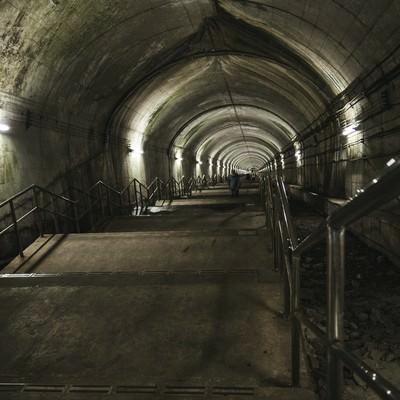 地下深くまで続くモグラ駅の階段の写真