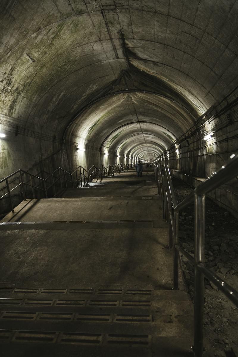 「地下深くまで続くモグラ駅の階段」の写真