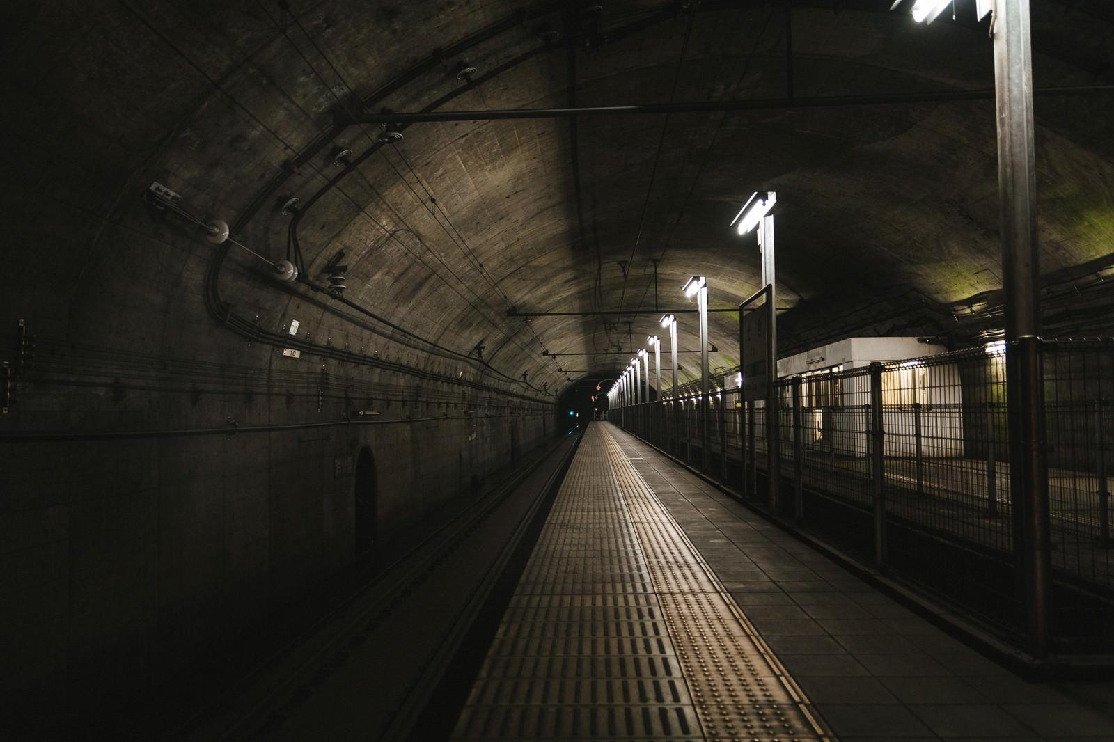 「薄暗い土合駅地下ホーム」の写真