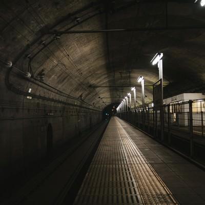 薄暗い土合駅地下ホームの写真