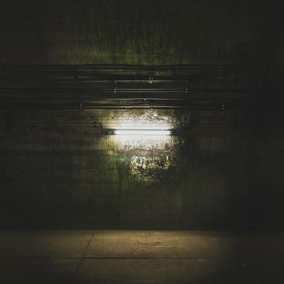 地下へと繋がる通路の電灯(土合駅)の写真