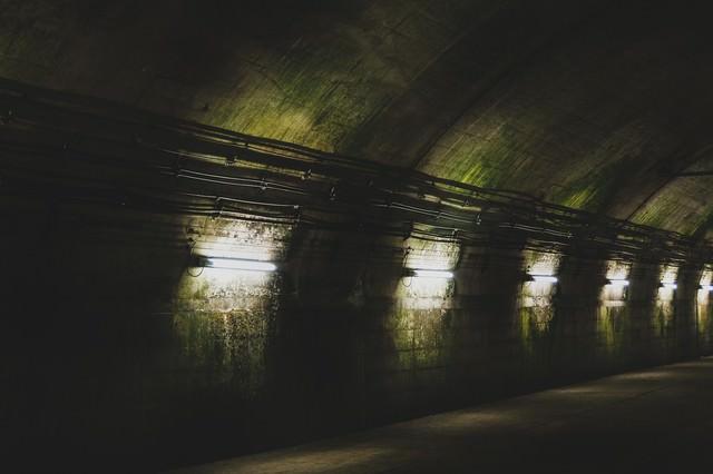 まるで地下要塞にいるような電灯と汚れた壁面(土合駅)の写真