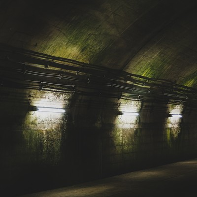 「まるで地下要塞にいるような電灯と汚れた壁面(土合駅)」の写真素材