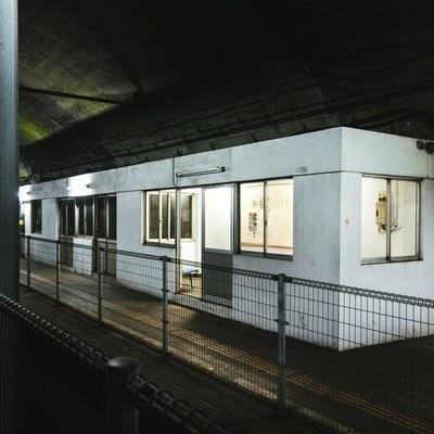 土合駅地下ホーム待合室の写真