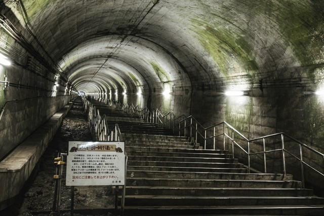 一直線に伸びる462段の階段(土合駅)の写真