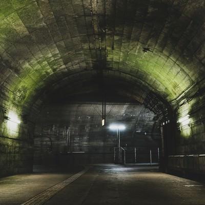 トンネルを抜けた先にある土合駅地下ホームの写真