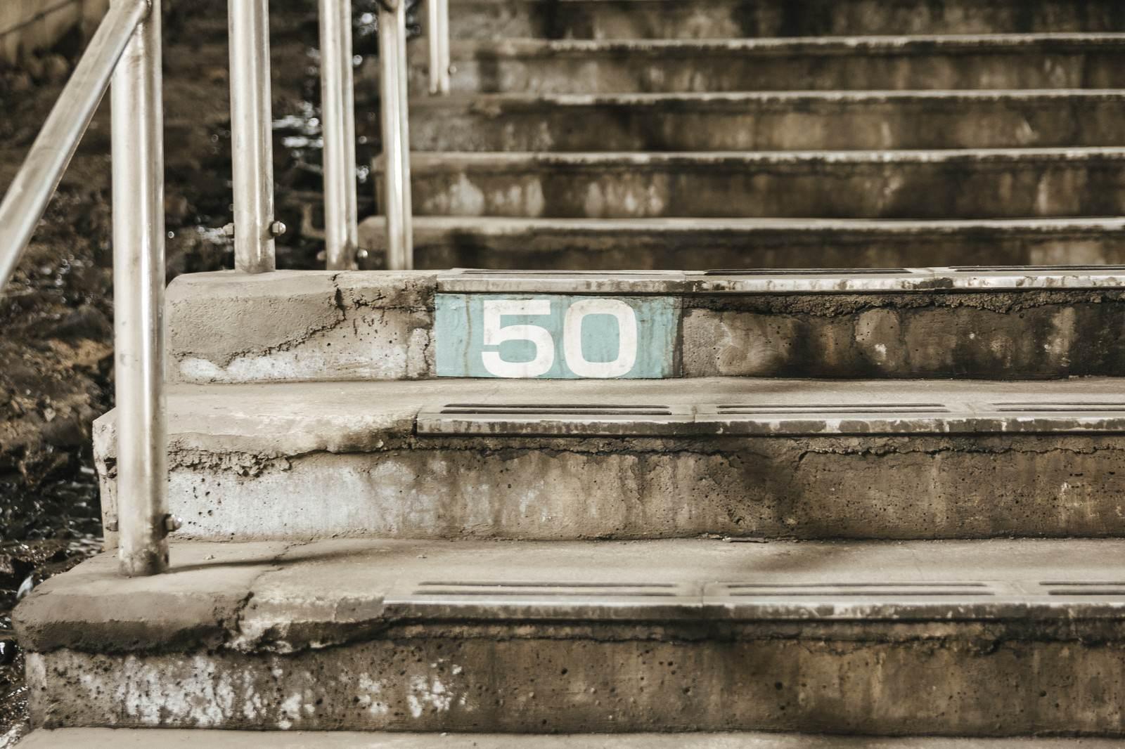 「土合駅階段横にある50段目のしるし」の写真