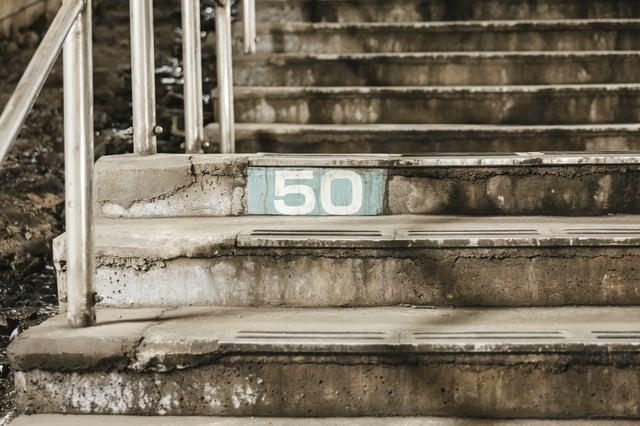 土合駅階段横にある50段目のしるしの写真