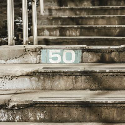 「土合駅階段横にある50段目のしるし」の写真素材