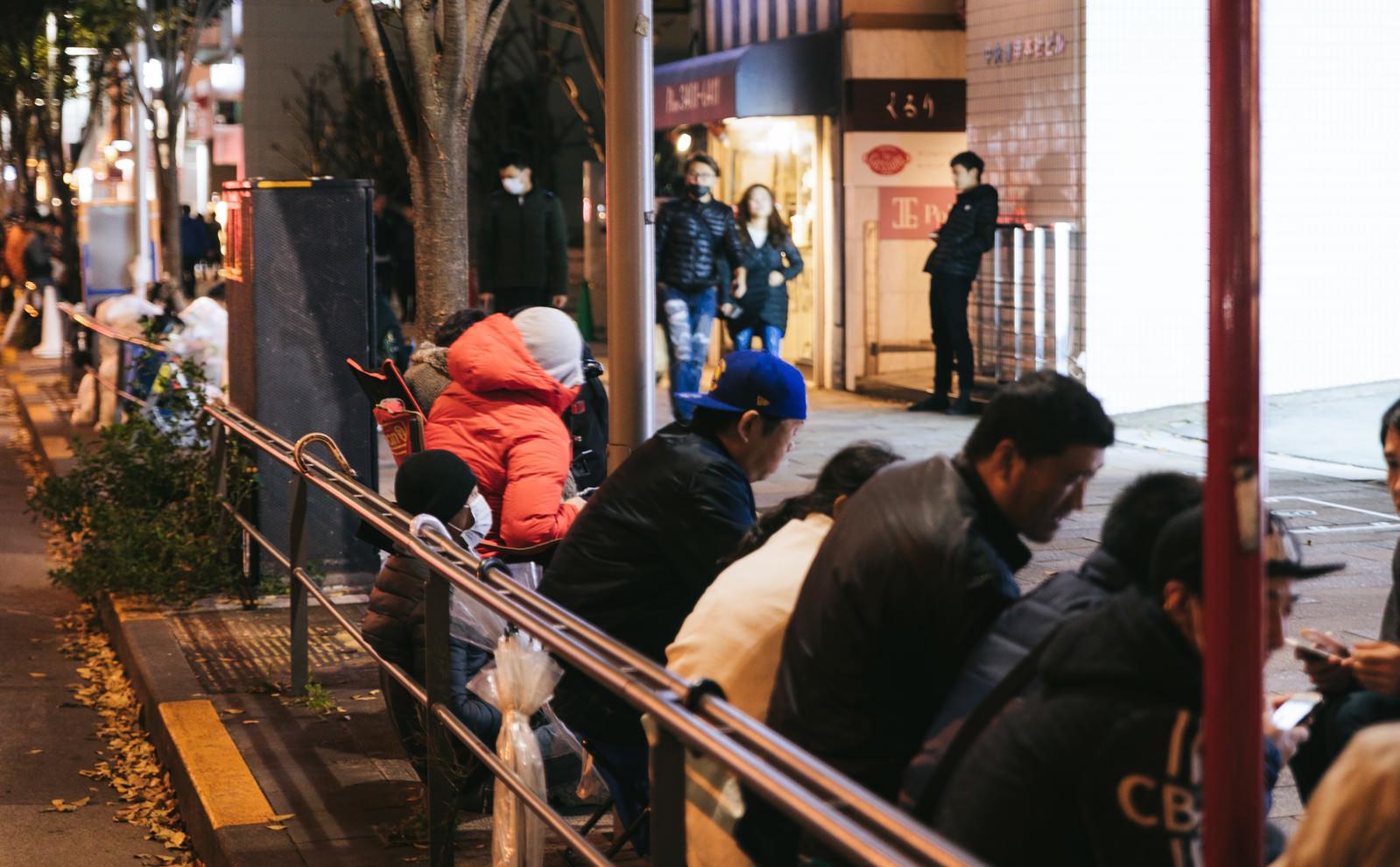 「歩道に長蛇の列(徹夜)」の写真