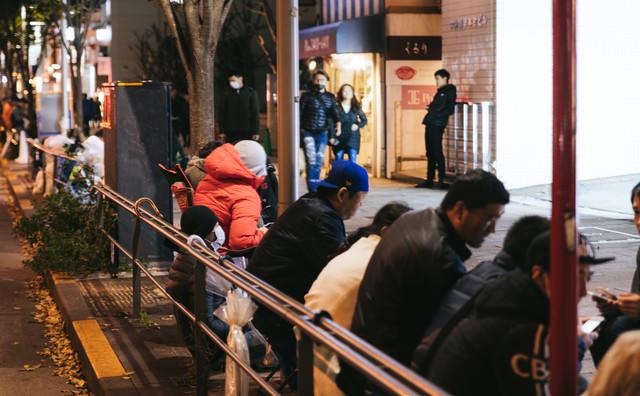 歩道に長蛇の列(徹夜)の写真