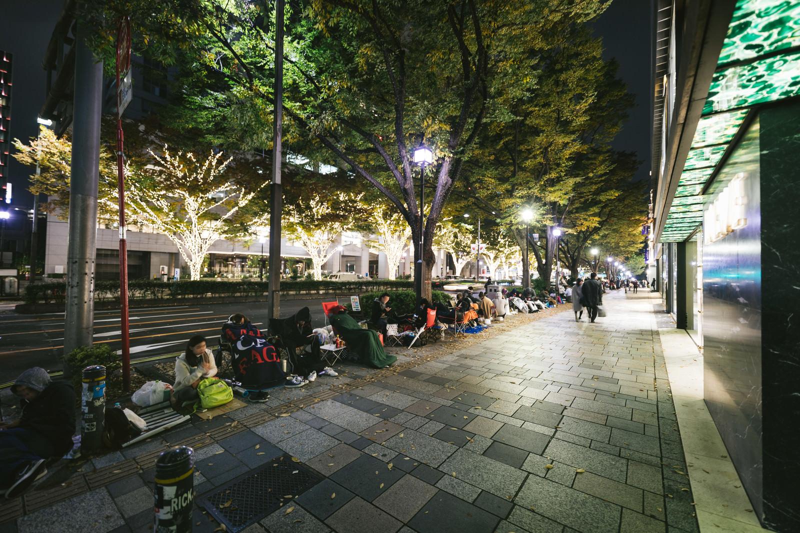 「新製品の発売日で徹夜行列の表参道」の写真