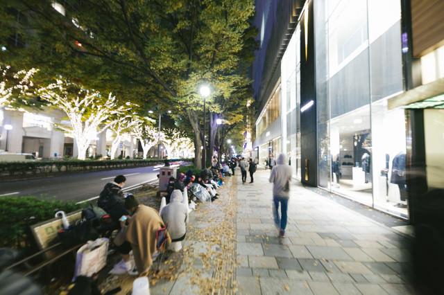 iPhone の発売で行列を作る表参道の歩道の写真