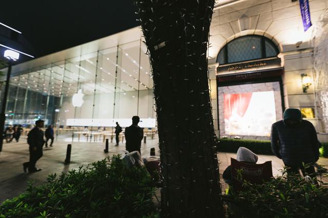 アップルストアと店舗前に並ぶ人の写真