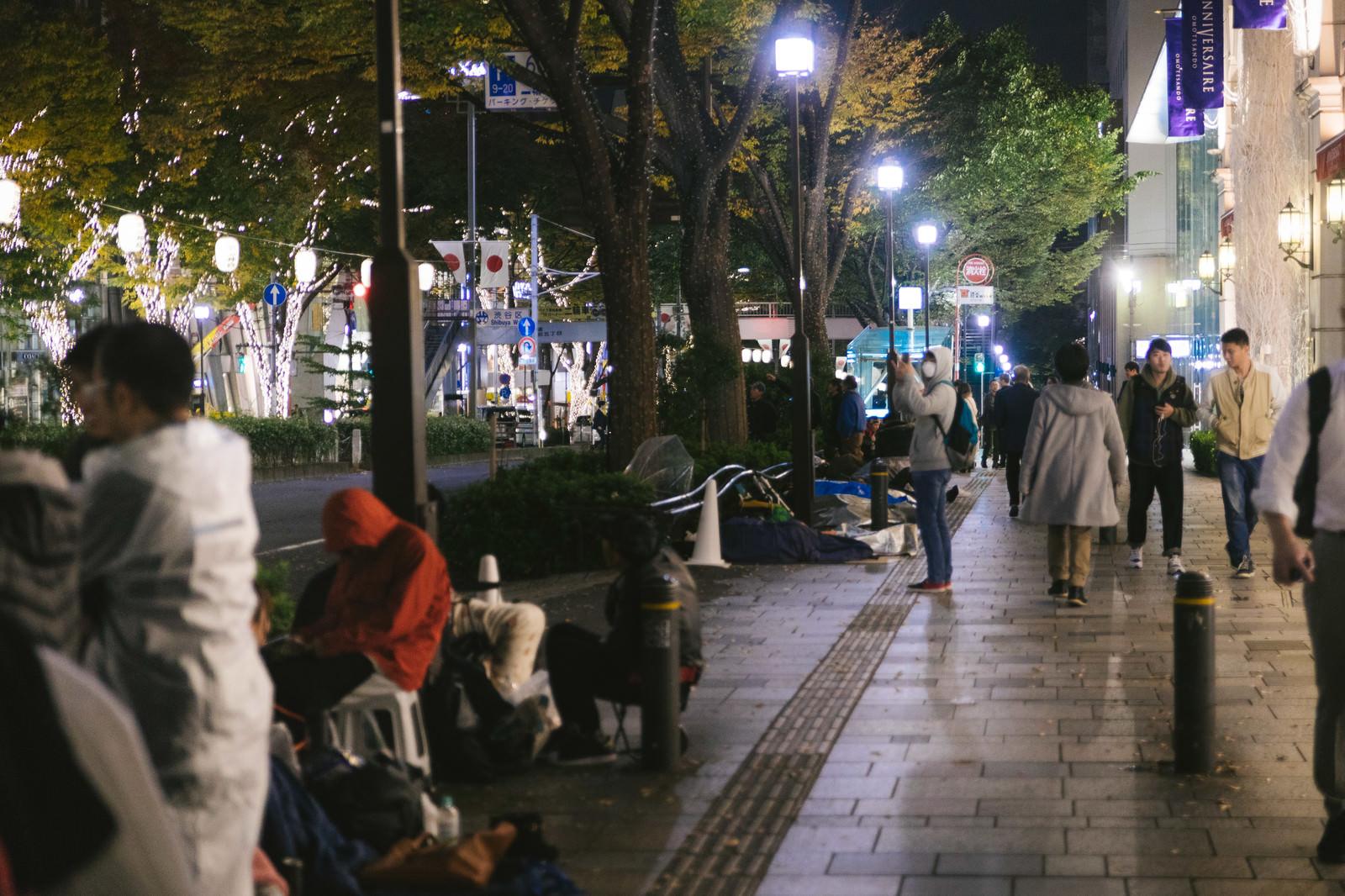 「iPhone行列と表参道の人達」の写真
