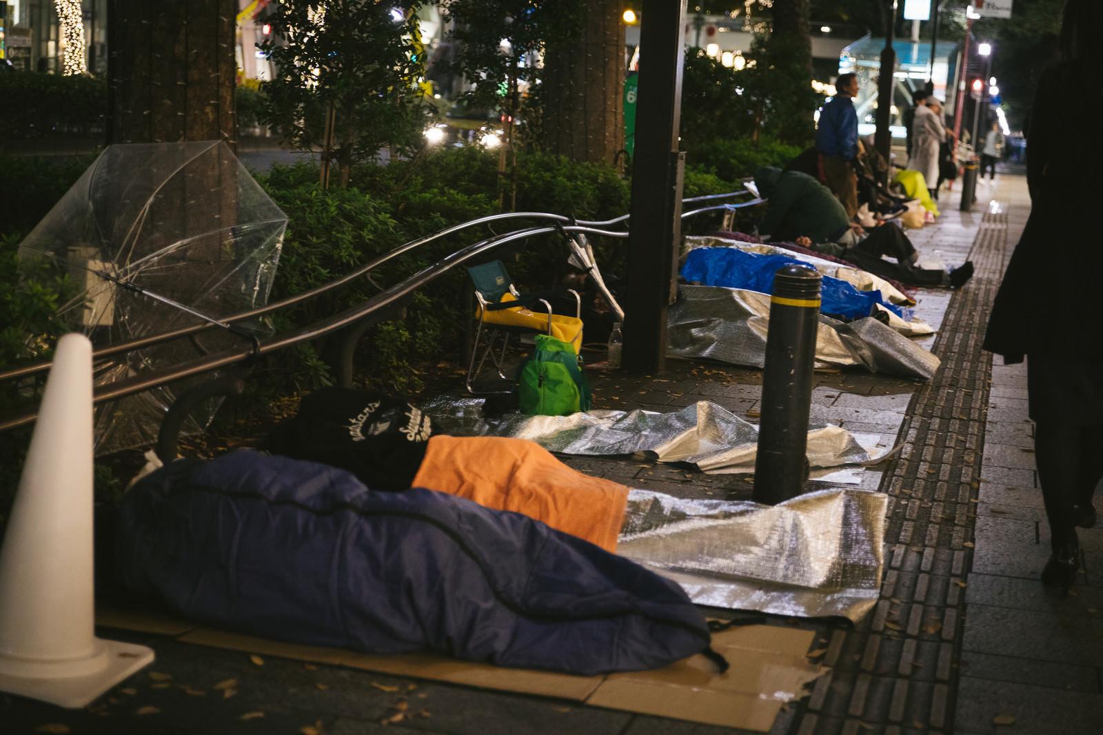 「徹夜行列の寝袋組」の写真
