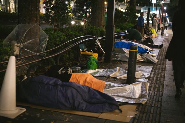 徹夜行列の寝袋組の写真