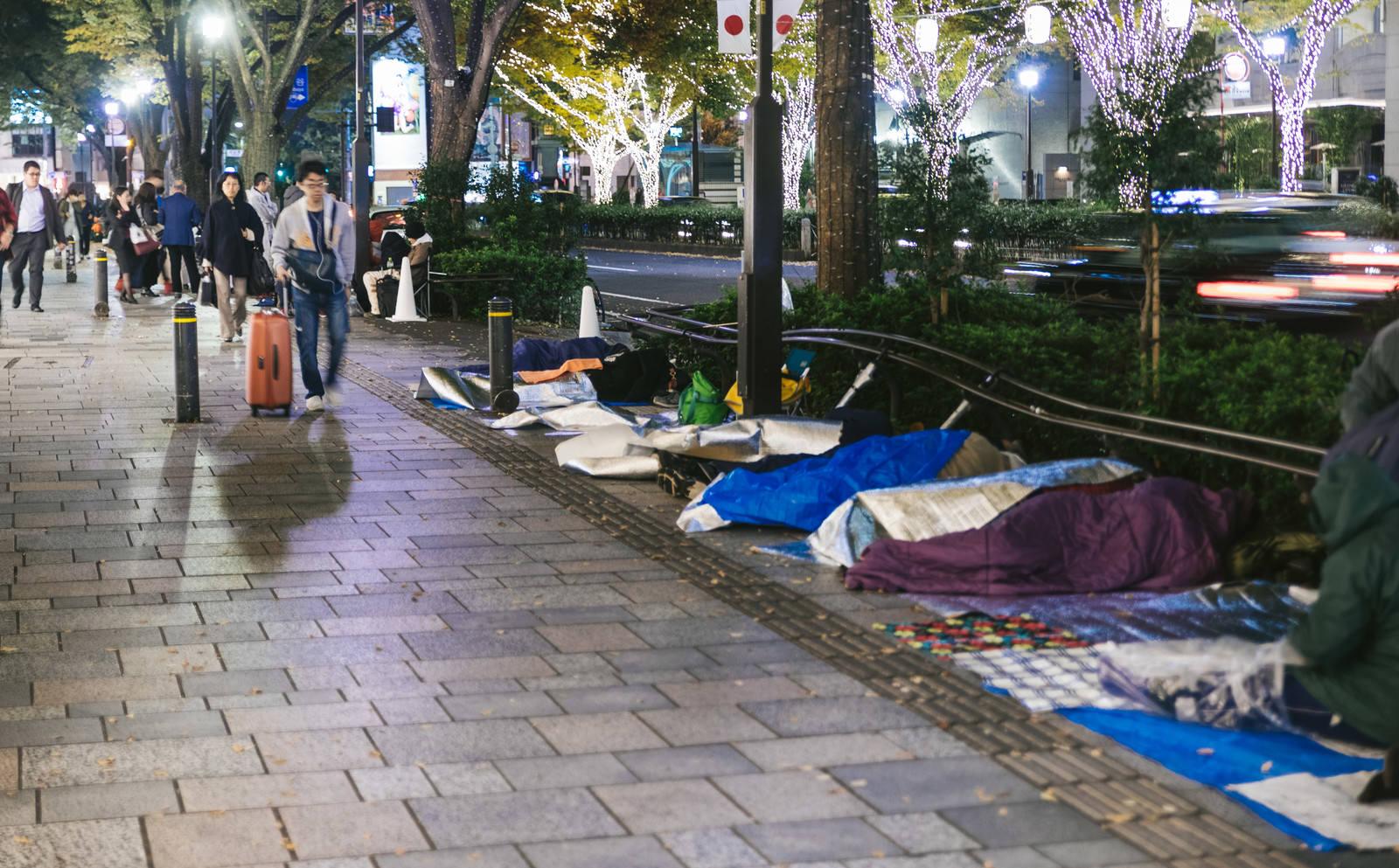 「寝袋で朝をまつ行列組」の写真