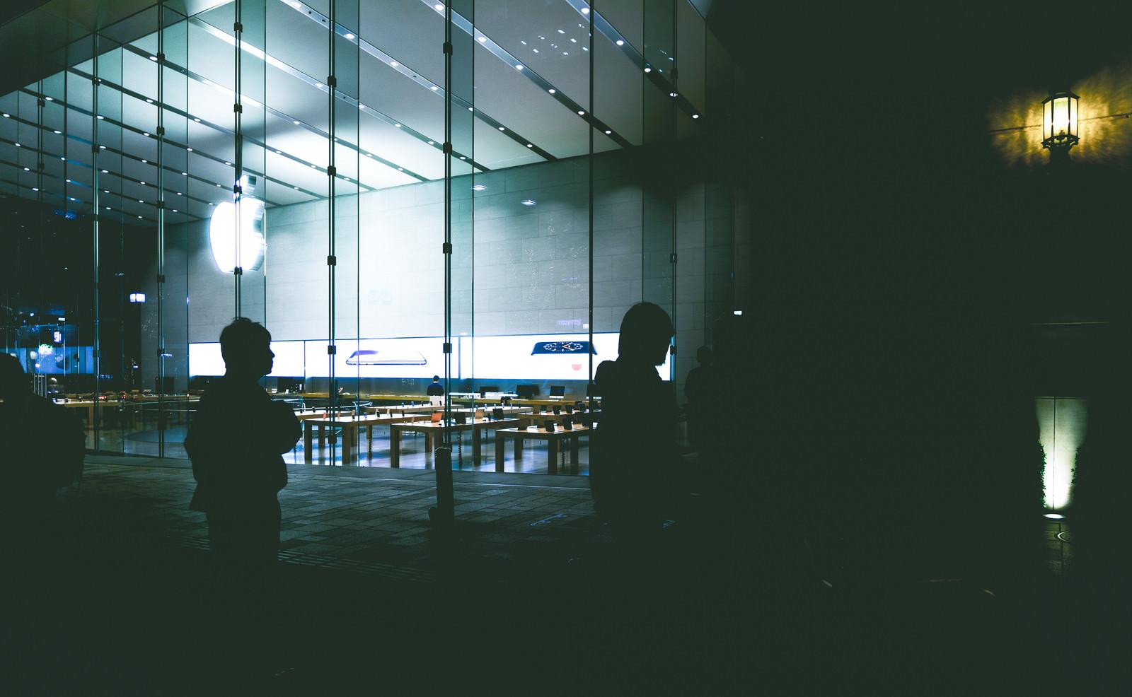 「アップルストア前に集る人たち」の写真